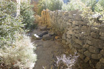 Mur de pedres que encara es manté dret després del pas dels anys.
