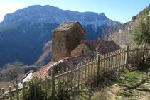 Arribant a Revilla: l´església en primer terme i la muntanya del Castillo Mayor (2.014m) al fons.