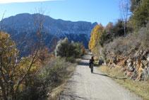 Des de Revilla, fem uns 300m per la carretera (pista asfaltada) fins arribar a la corba on hem començat la ruta.