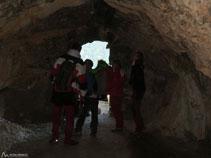 Hi ha molt poca llum a l´interior de la cova.