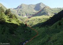 La ruta segueix el barranc de Clavera per després, a uns 2.000m girar a l´E, per arribar al llac de Clavera.