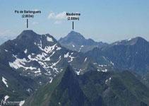 A l´O, podem veure el pic de Barlonguèra (2.803m) i el Mauberme (2.880m).