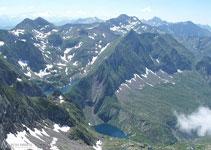 Des del pic del Mont Valier hi ha unes vistes esplèndides cap al Tuc des Hèches i els estanys Rond i Long.