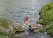 Creuem les aigües del llac per continuar pel camí.