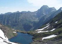 Petit llac amb el Mont Valier al fons.