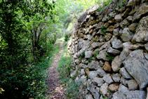 Parets de pedra seca camí del Cap del Grau.