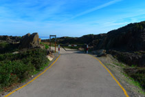 Tanca que hi ha al començament de la pista asfaltada de Tudela.