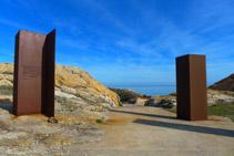 Estructures d´acer corten amb la inscripció d´una declaració de Dalí sobre el Paratge de Tudela.