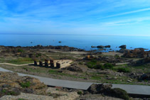 Vistes del mar i del mirador de la Gran Sala des del mirador del Pla de Tudela.
