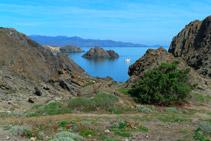 Vistes de la petita illa de Portaló, d´esquistos negres.