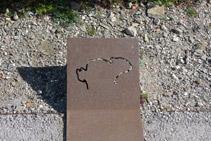 Placa d´acer corten amb la forma de la roca dibuixada (la silueta del conill).