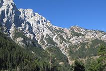 Al fons a la dreta, el coll del Verdet, un balcó privilegiat de la cara N del Pedraforca.