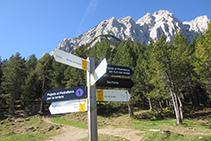 Cartell indicador del creuament de camins situat al costat del refugi Lluís Estasen.