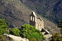 Ermita de Santa Helena vista des de la carena que puja al cim de Sant Salvador (fora de ruta).