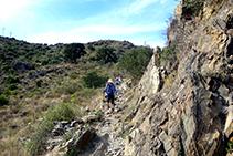 Senderistes baixant de Sant Pere de Rodes cap a la Selva de Mar.