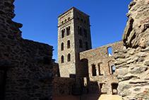 A dins del recinte del monestir.