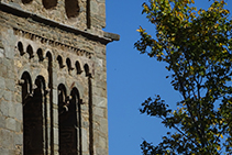 Detall del campanar de Sant Pere de Rodes, amb les finestres d´arc de mig punt i l´arqueria cega d´estil llombard.