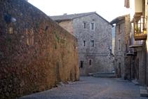 Murs del castell de Santa Pau.