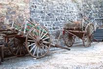 Carros a la vila de Santa Pau.