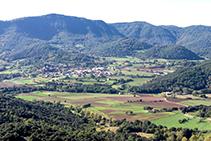 Santa Pau des de la muntanya de Sant Julià del Mont.