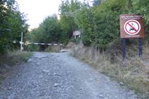 Barrera i entrada al Parc Natural Comunal de les Valls de Comapedrosa.