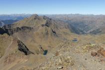 Vistes cap a la carena que enllaça al pic de Sanfonts (2.885m) amb el Monteixo (2.905m).