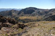 El pic dels Aspres sobre la planícia del refugi de Comapedrosa.