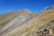 El Pala Serrera és una muntanya de roca pissarrosa amb tons rogencs i grisosos.