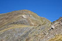 Vistes a l´ampla carena del Serrera, per on baixen dos excursionistes.