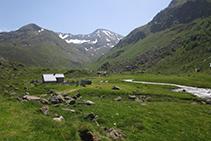 En primer terme, la cabana de les Peires; al fons, el pic de Fontargent (2.618m) i el pic d'Anrodat (2.730m).
