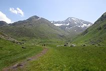L'excursió comença resseguint un terreny pla i còmode.
