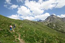 Hem abandonat el fons de la vall i pugem pel vessant de la muntanya cap al refugi (en direcció E-SE).