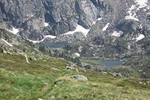 Des del refugi podem veure, al fons de la vall, l'Estanyol i l'Estanyol Petit.