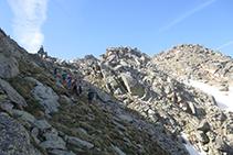 Ascendint cap a la cresta amb el peculiar sortint rocós al capdamunt.