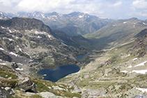 A la nostra dreta, admirem la vall de l'Estanyol, per on haurem de baixar a continuació.