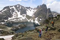 L'estany Negre de Juclar amb el pic Negre de Juclar (2.627m) i el pic de la Pala de Sobre l'Estany (2.626m).