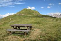 Una taula ens permet asseure´ns i menjar tranquil•lament gaudint d´aquest entorn d´alta muntanya.