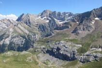 Part alta del circ de Gavarnie, on destaquen els Astazous, el pic de Marboré i els pics de la Cascada.