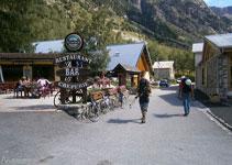 La ruta comença travessant la petita població alpina de La Bérarde pel seu carrer principal.