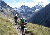 Al fons: el circ de la Pilatte, el seu refugi, el pic de Les Bans (3.369m) i el Mont Gioberney (3.352m).