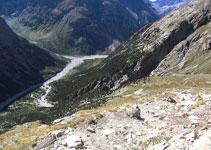 Veiem les ziga-zagues que fa el camí i tota la vall de Vénéon al fons.