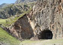 A l´esquerra de la boca d´entrada al túnel del Port de Rat des d´Andorra, hi ha senyals que ens indiquen el camí per anar al pic d´Arcalís i al pic de Cataperdís per la seva ruta clàssica.