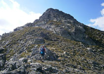 Deixem el camí per iniciar la cresta per uns lloms suaus d´herba i pedra.