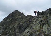 Hem de passar al vessant S de la Serra del Cap de la Coma per superar el pas més difícil d´aquesta cresta.
