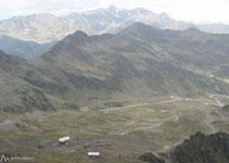 Als nostres peus i al fons de la vall, les pistes d´esquí d´Ordino-Arcalís.