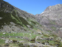 Anem girant lleugerament a l´esquerra endinsant-nos a la vall de Siscar.
