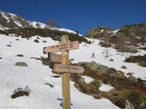 """Pal indicador: a l´esquerra """"Col del Clots"""" i """"Andorre"""", a la dreta """"Etang du Sisca""""."""