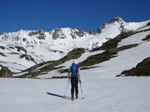 Al fons a davant nostre, la carena fronterera entre Andorra i França amb el Cilindre i el pic d´Escobes.