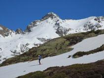 El pic d´Escobes està omnipresent durant tota aquesta part de recorregut per la vall de Siscar.