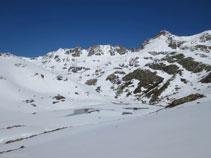 L´estany de Siscar, tot gelat i ple de neu durant la temporada hivernal.